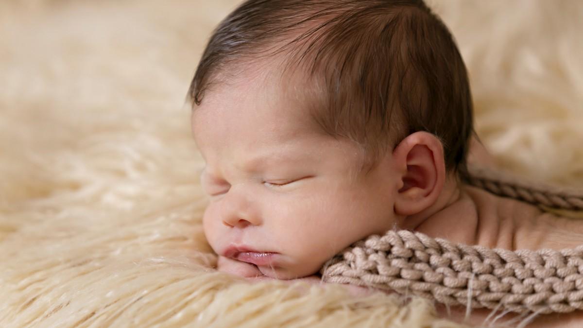 Malé dítě si užívá poklidný a nerušený spánek.