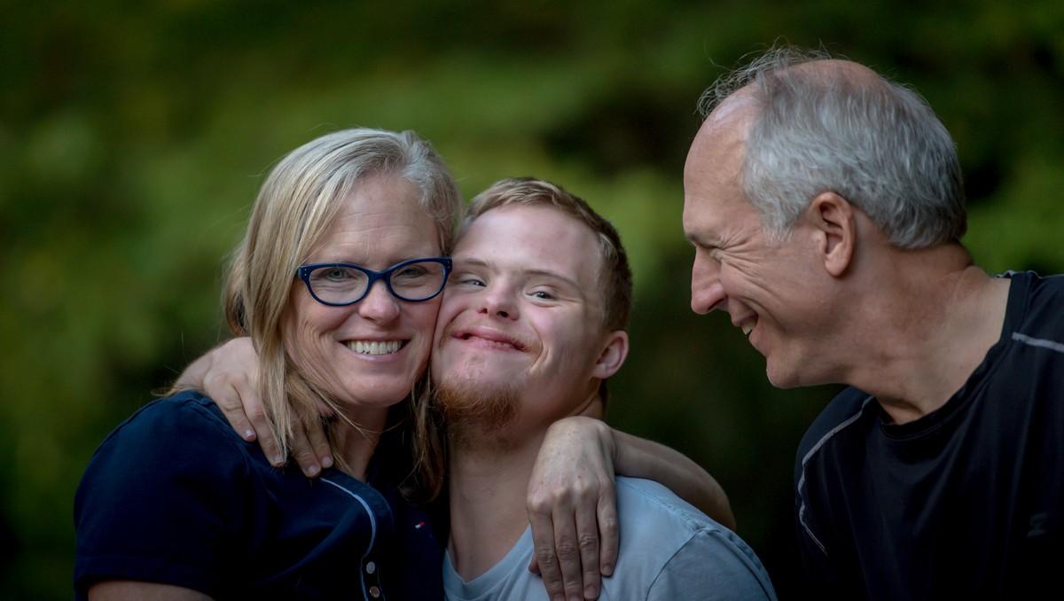 Chlapec mezi rodiči, kterého postihla dětská mozková obrna.