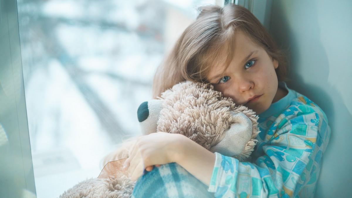 Dívka je nemocná, protože její imunita byla v oslabení.