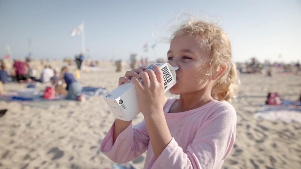 Malá holčička správně dodržuje pitný režim.
