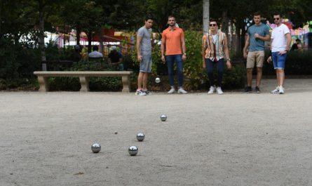 Mladíci si užívají hry zvané pétanque.