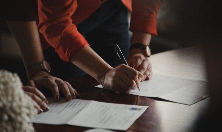 Pracovní smlouvy, které podepisují studenti se zájmem o práci.