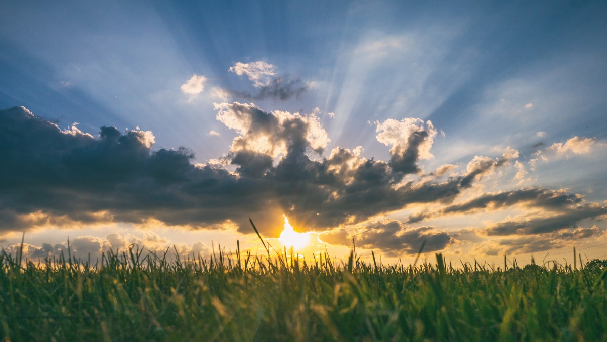 Sluneční paprsky při západu mohou ublížit dětské pokožce.