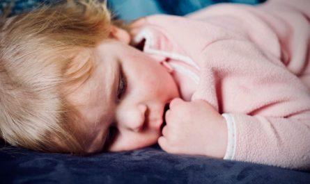 Malé dítě, kterého postihlo onemocnění zvané spála.