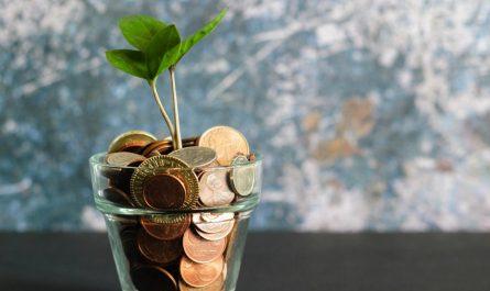 Sklenice plná peněz symbolizuje efektivní spoření pro děti.