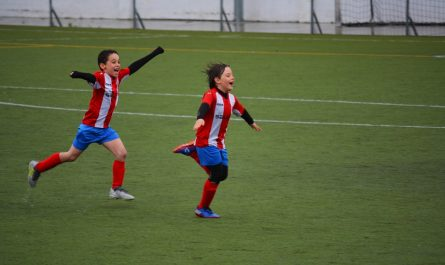 Chlapci hrají fotbal. Ten patří mezi oblíbené sportovní aktivity.
