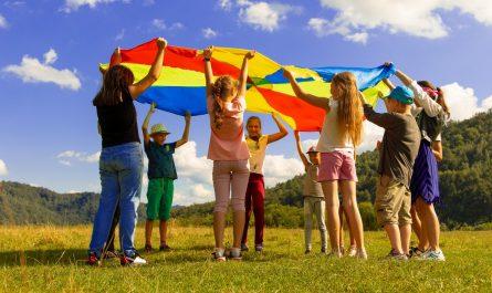 Děti si užívají venkovní hry za krásného počasí.